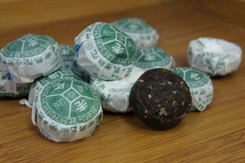 Купить настоящий китайский прессованный чай шу в таблетках мини то ча пуэр С Лотосом Оптом и в розницу с доставкой. Фото.