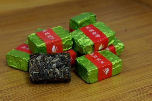 Купить настоящий китайский прессованный чай шен в таблетках брикет пуэр Золотой Оптом и в розницу с доставкой. Фото.